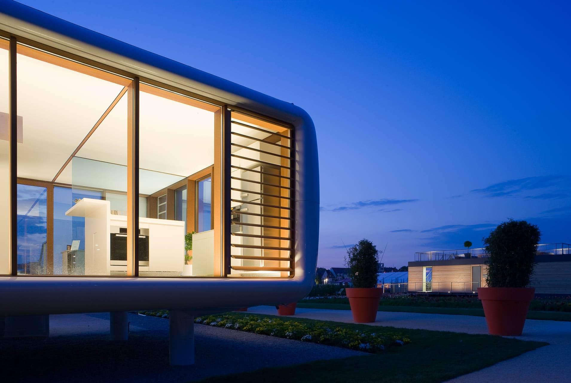 Der Loftcube zeigt Transparenz und Innenräume in der Dämmerung