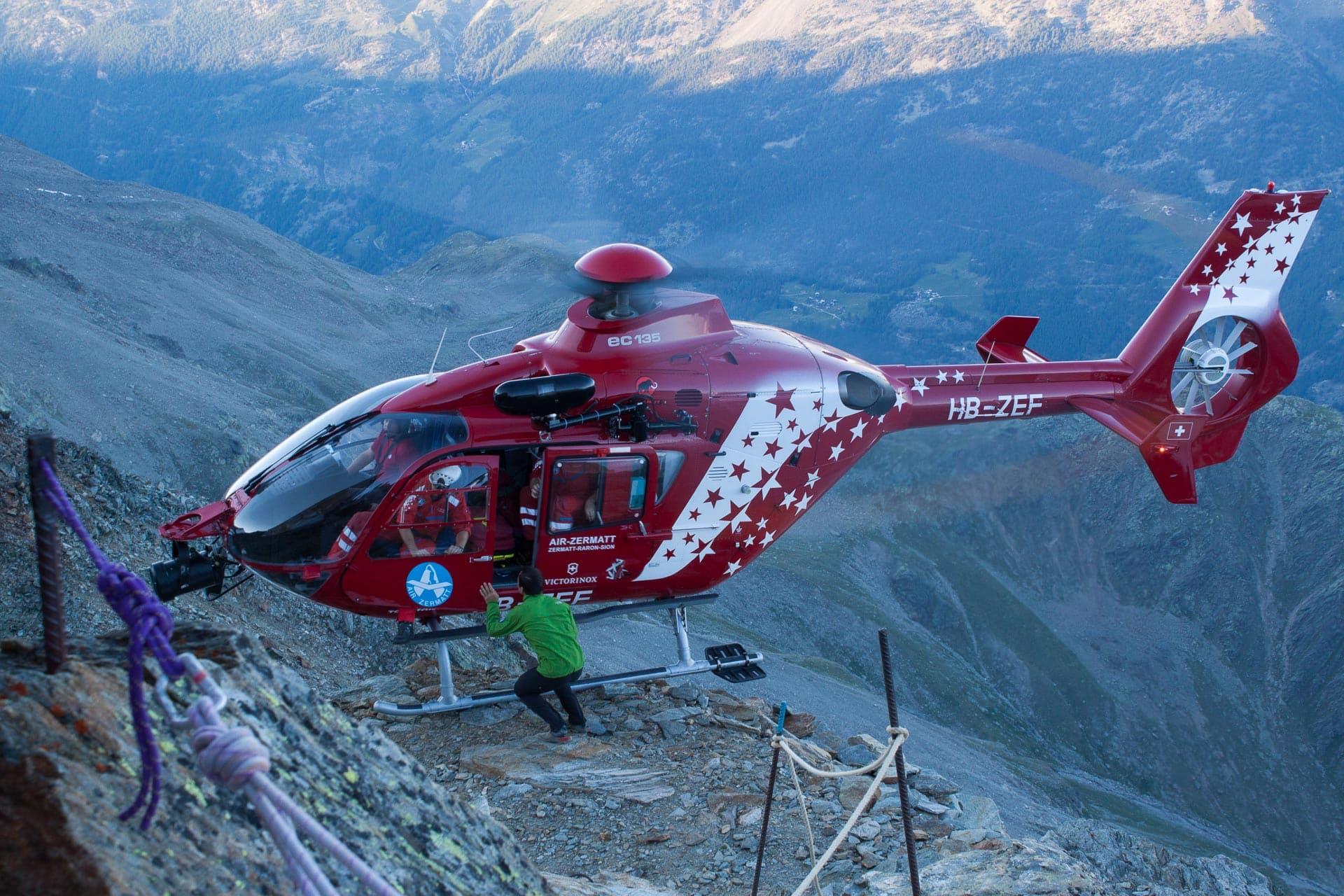 Helikopter der Air Zermatt an der Mischabelhütte