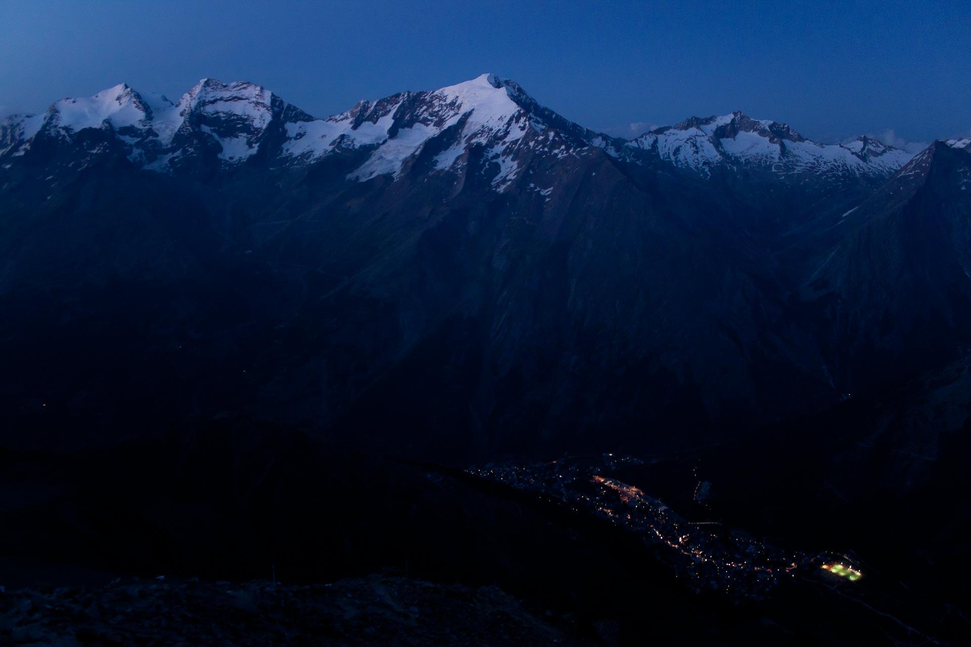 Blick von der Mischabelhütte nach Saas-Fee.