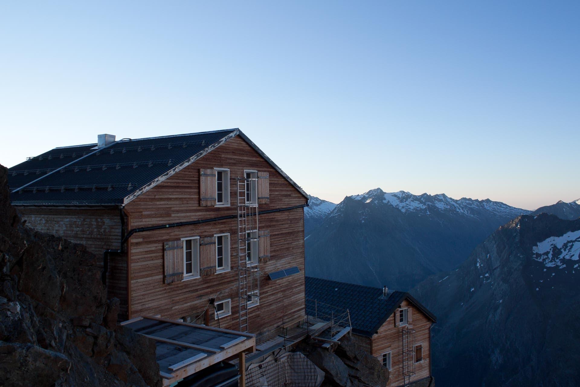 Architekturphoto der Mischabelhütte die am Ostgrat der Lenzspitze auf 3329 m Höhe steht. Im August des Jahres 2014 ist sie die höchste Baustelle im Wallis.