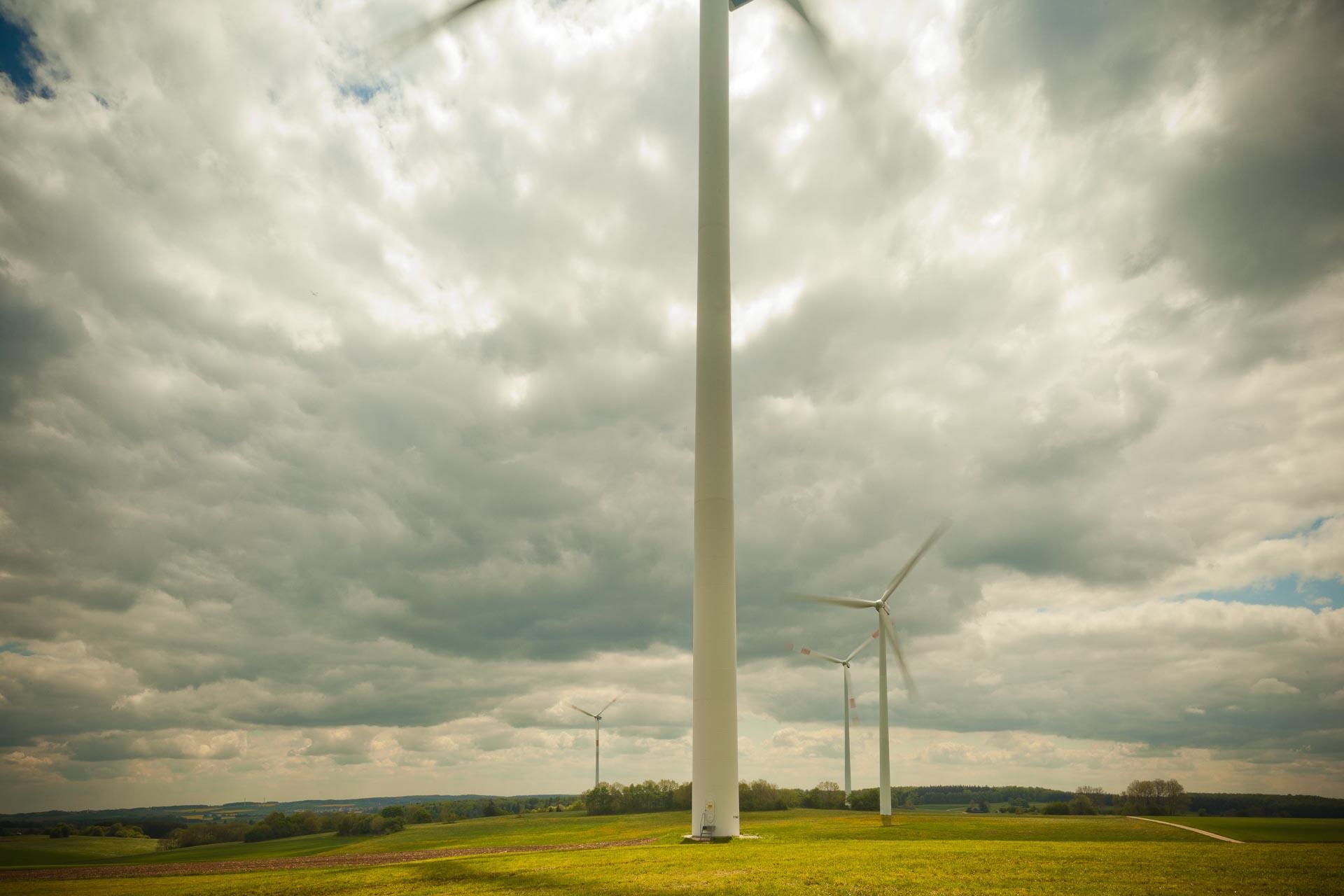 Dirk Wilhelmy: Geography of Wind IWindkraftanlagen auf der Schwäbischern Alb, künstlerisch fotografiert.