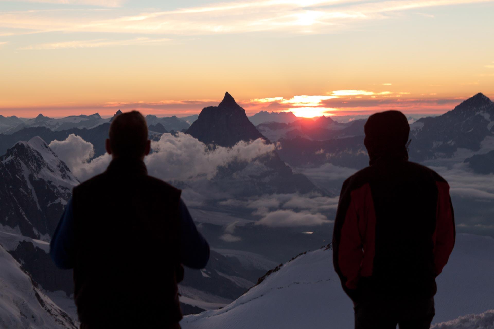 Sonnenuntergang hinter dem Matterhorn. Dank an Sonnenuntergang hinter dem Matterhorn. Dank an Ragna Krückels, www.bergfuehrerin.com