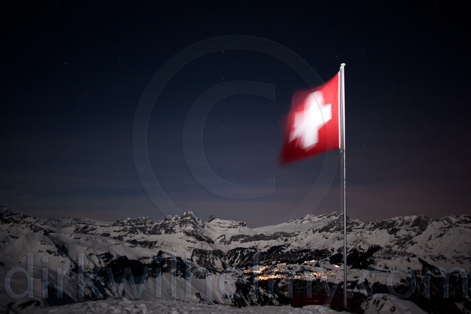 Leglerhütte SAC, Schweizer Fahne vor Bergen, Schnee