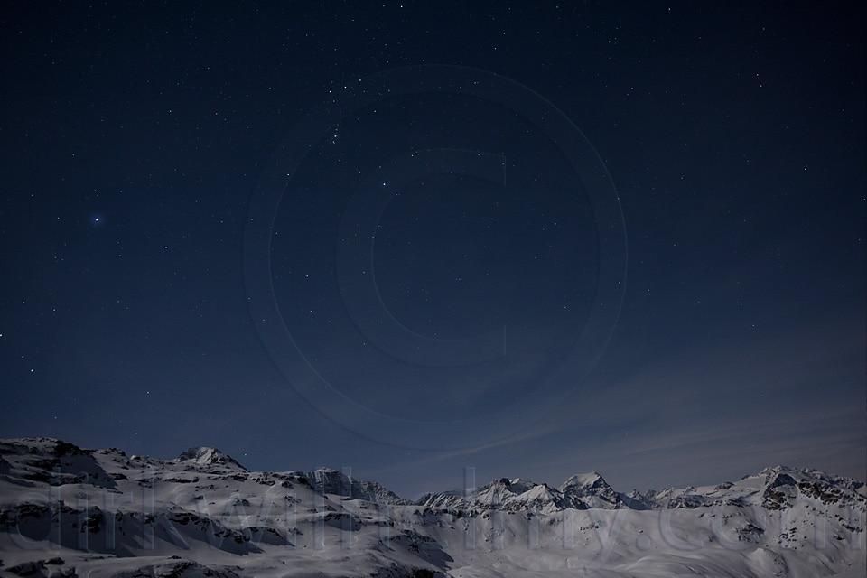 Blick übers Tal zu den schneebedeckten Schweizer Bergen. Darüber funkeln die Sterne. Landschaftsfotografie wie ich sie grad so zum Spaß betreibe.
