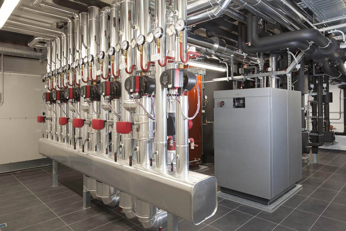 Klima- und Energietechnik im Keller des energieautarken Büro-Gebäudes.