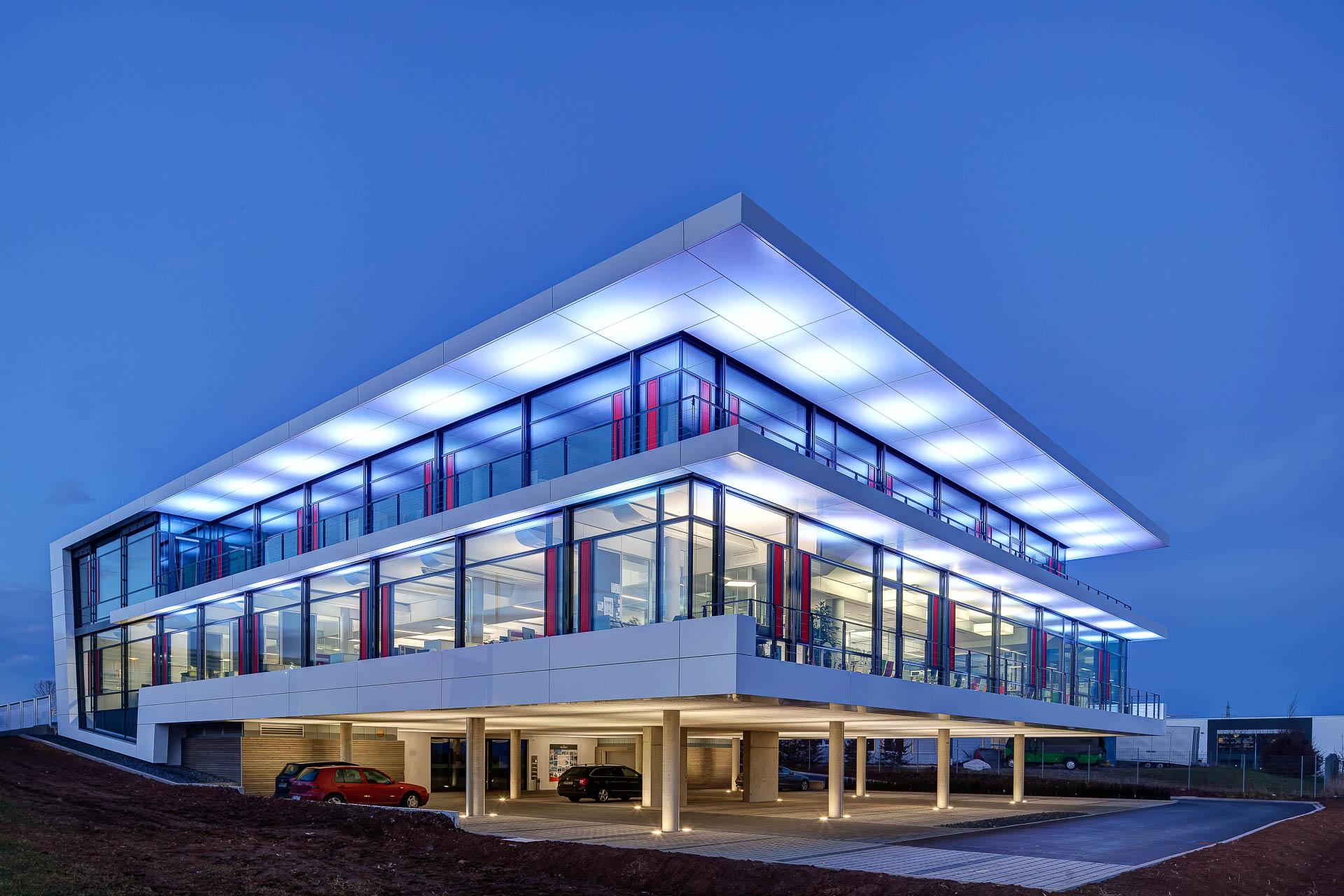 Architekturfotograf aus Stuttgart, stimmungsvolle Abendaufnahme, innovative Energietechnik
