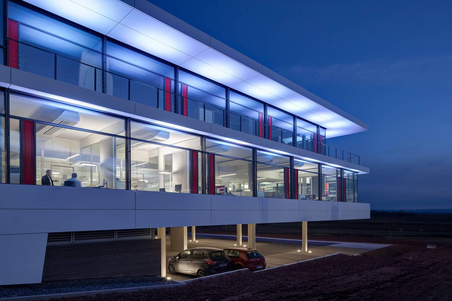 sehr guter Architekturfotograf Raum Stuttgart, stimmungsvolle Abendaufnahme, innovative Energietechnik