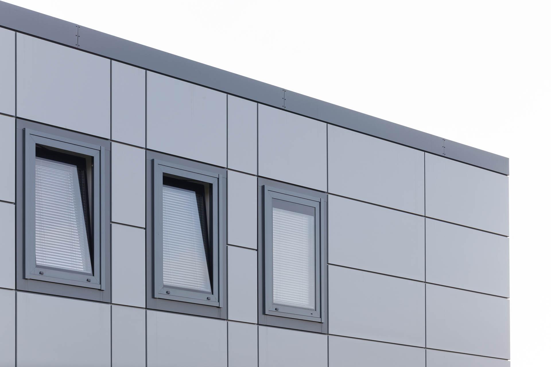 Cortenstahlfassade und Metallfenster