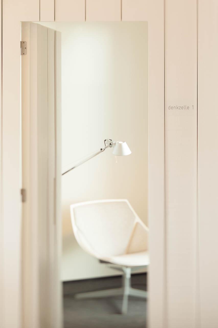 Architekturfotografie: 'Think Cell' -Denkzelle für ungestörtes Arbeiten in einem Architekten-Großraumbüro
