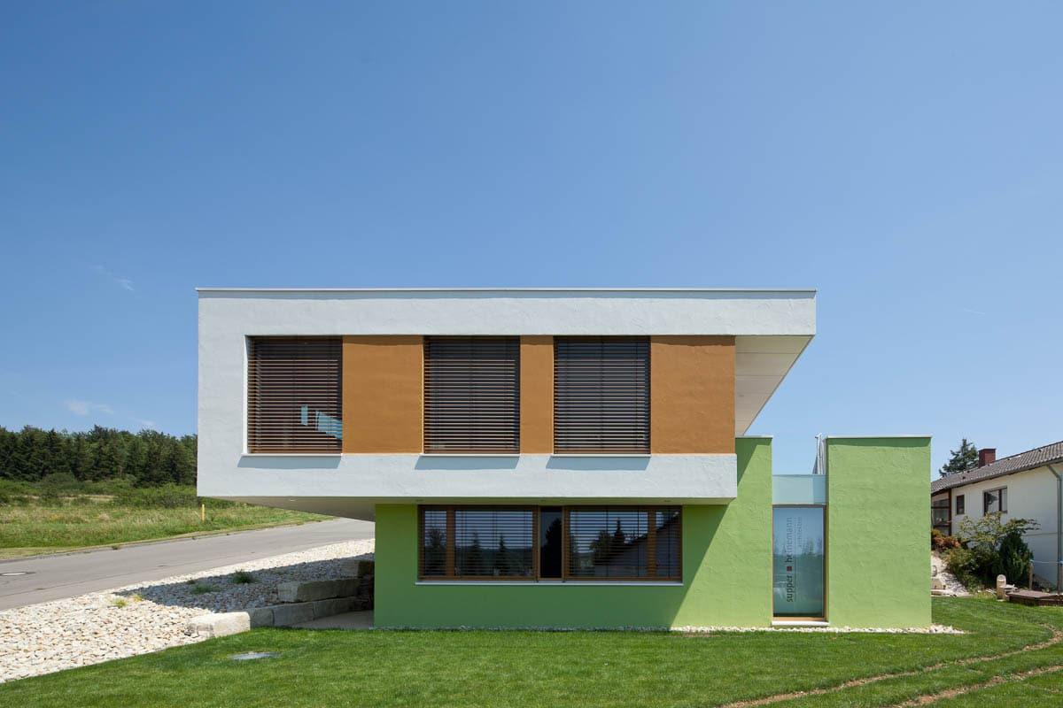 Architekturfotografie eines Einfamilienhauses mit integriertem Architektenüro