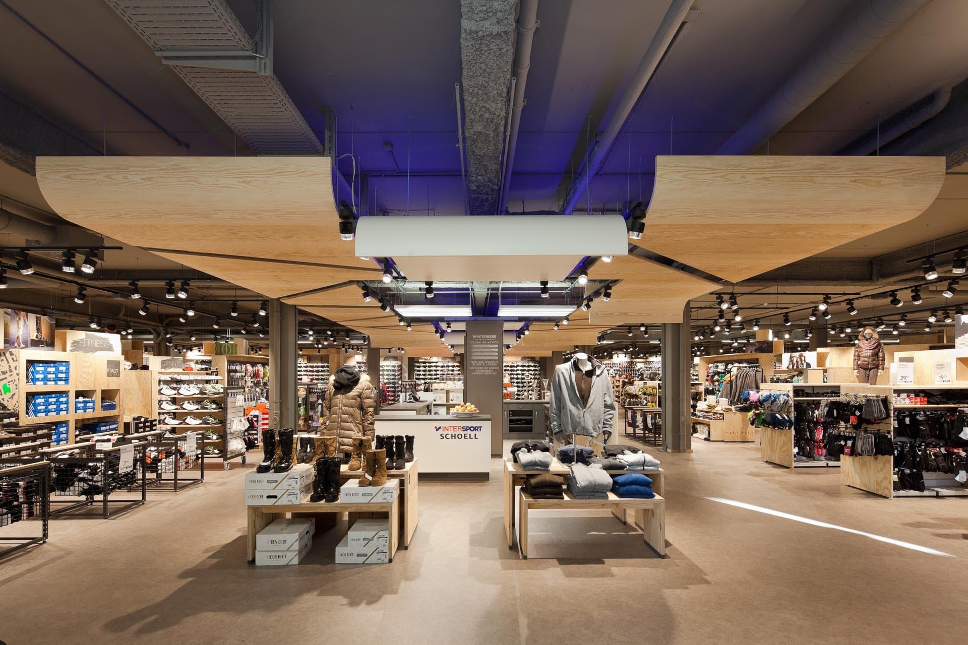 LED-beleuchtet: Intersport Aalen Ladenbau-Fotografie