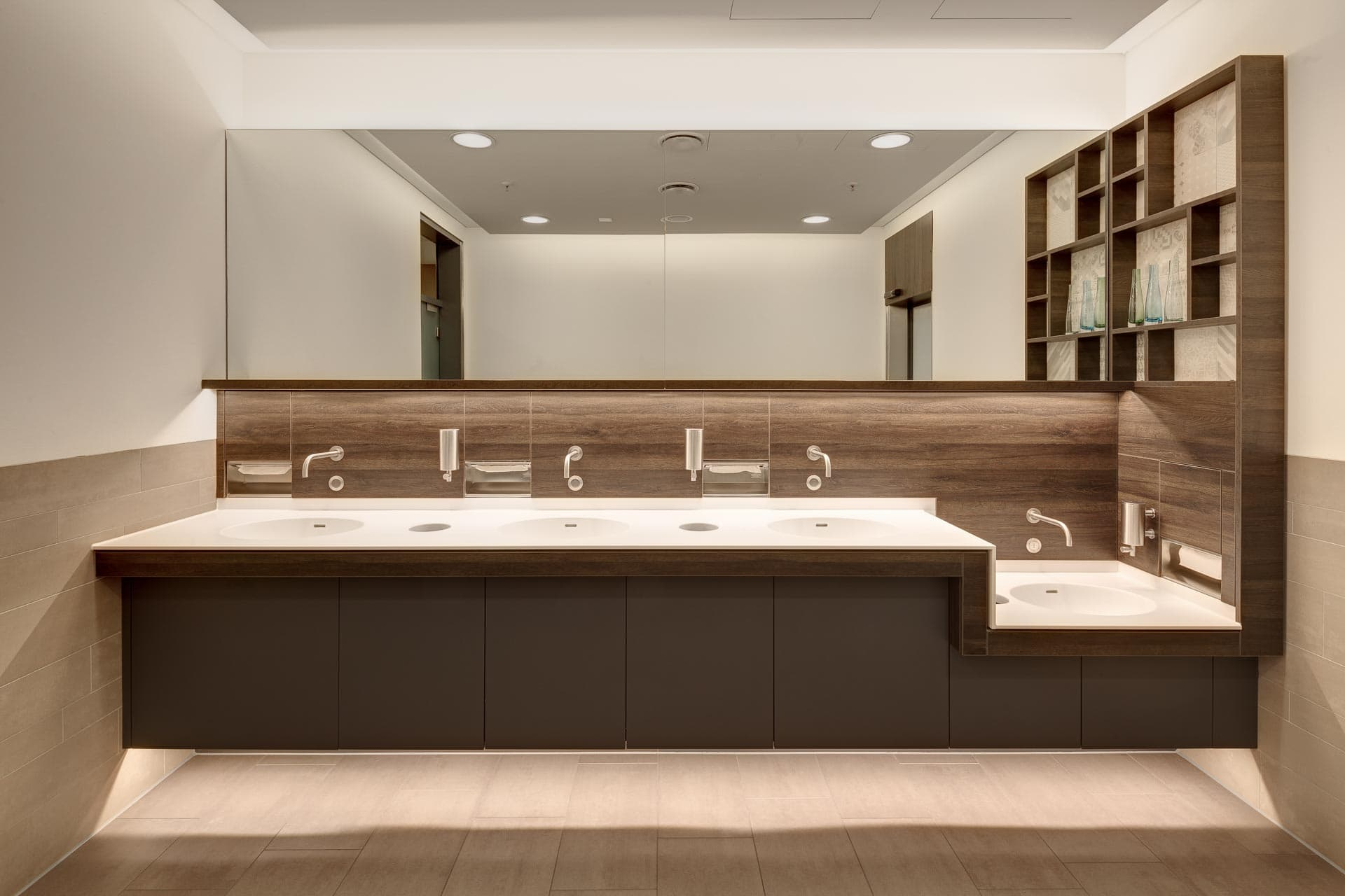 Kunden-WC im Breuningerland. Design: andOFFICE.