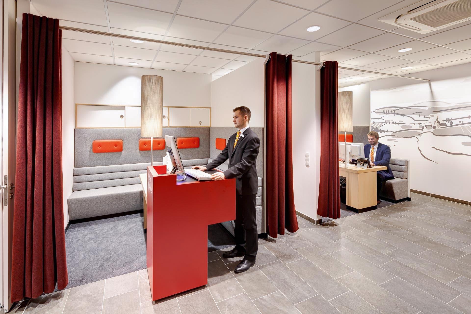 Bankfiliale Innenarchitektur von Liganova/andOFFICE
