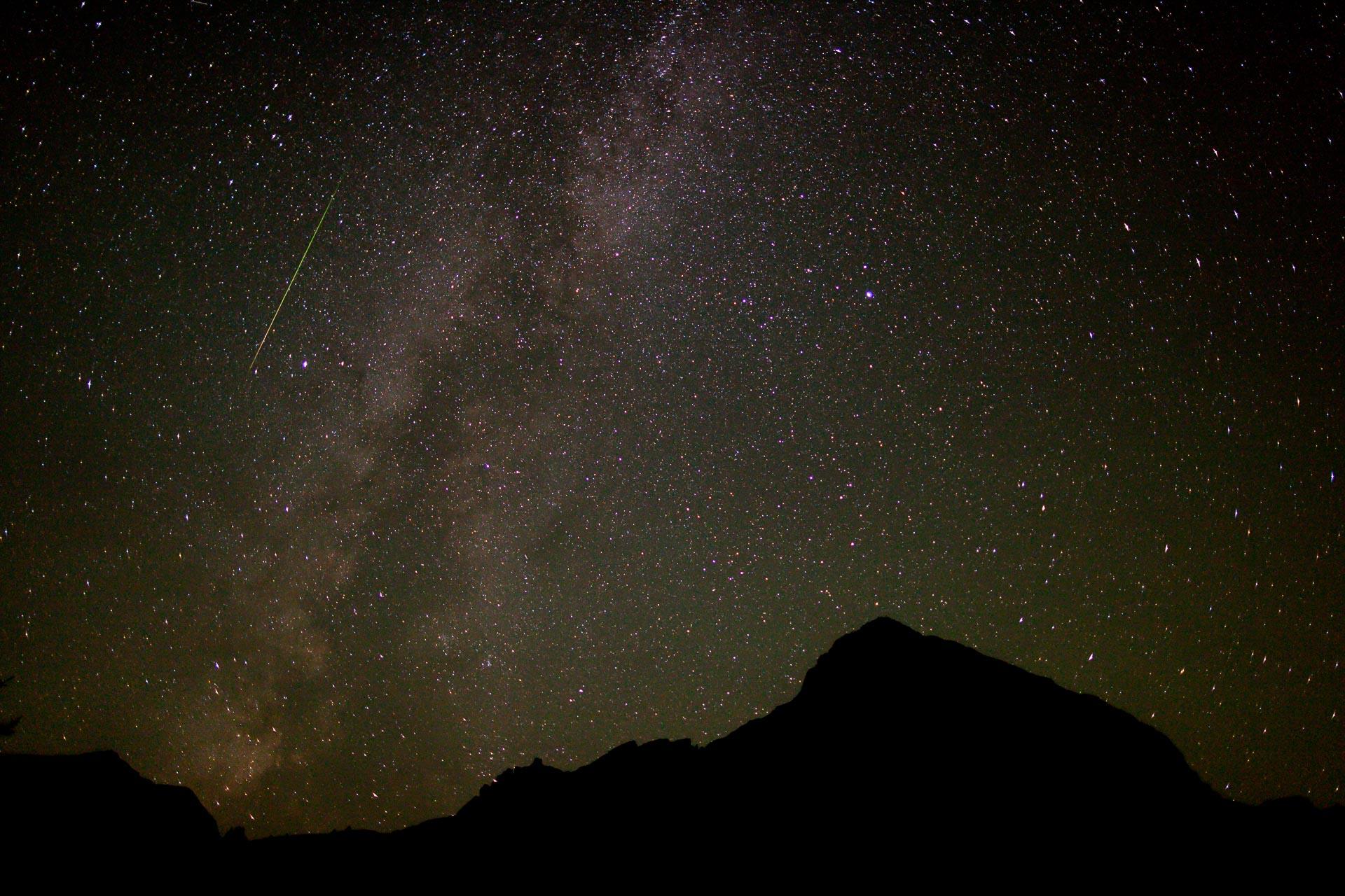 Perseiden-Sternschnuppe, die Alpen, die Milchstraße.