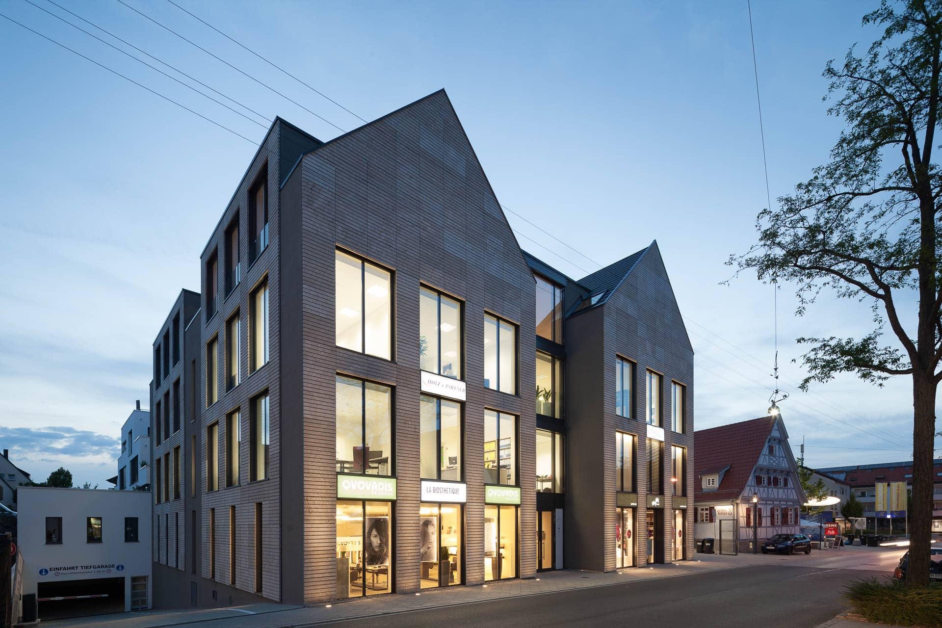 Wohn-und Geschäftshaus mit interessanter Oberflächenstruktur.